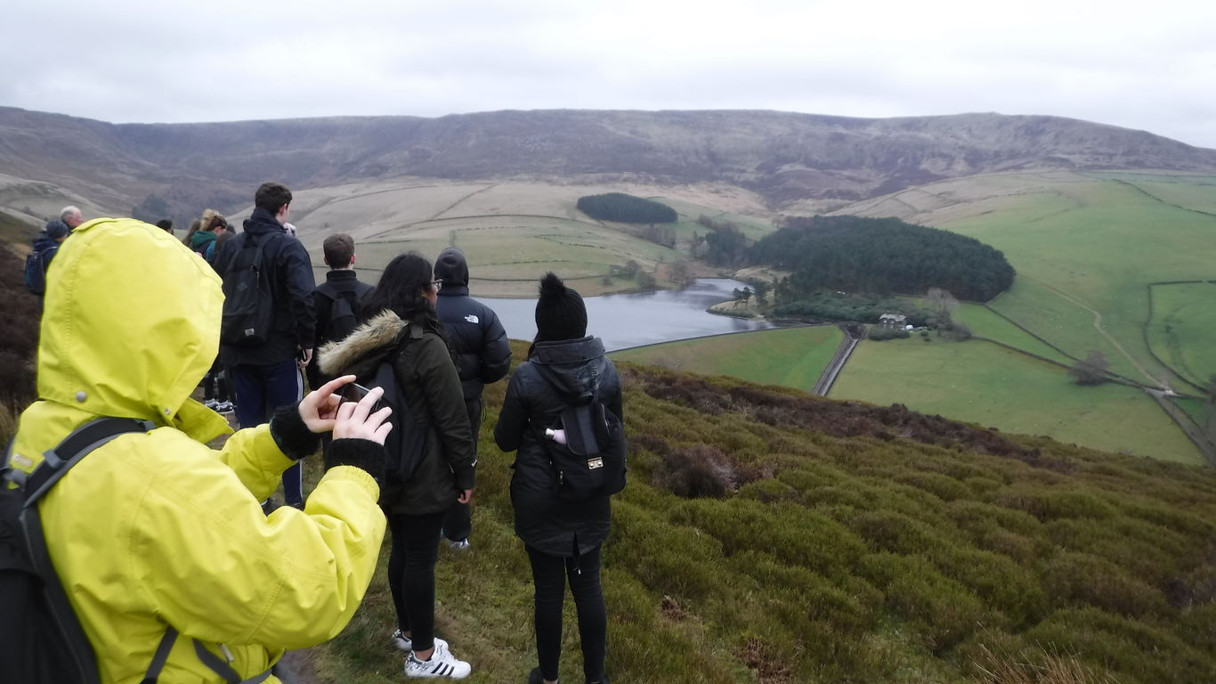 students_looking_at_reservoir